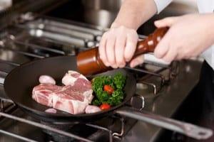 Steak mit Pfeffer würzen